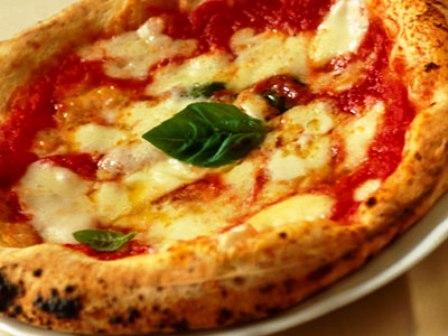Ecco le 10 pizzerie centenarie, cerimonia al Comune di Napoli con premi per patron e pizzaioli