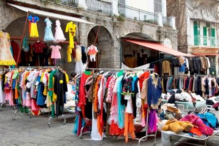 """Carabinieri e vigili sequestrano sei quintali di merce in vendita abusivamente. Buonajuto: """"Operazione contro l'illegalità e in favore dei consumatori e dei commercianti onesti"""""""
