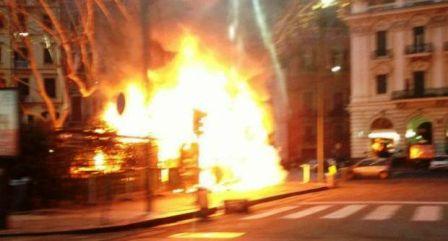 Napoli, allarme all'alba: fuoco sul lungomare, incendiato lo chalet dei frullati