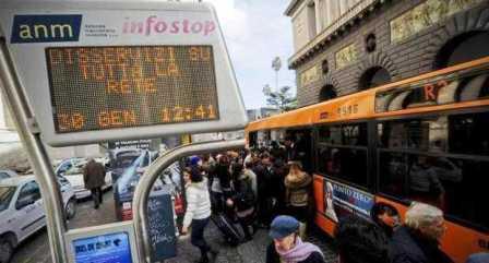 Napoli, caos trasporti. 300 bus in strada, meno ressa alle fermate ma i viaggiatori protestano: trasporti inaffidabili