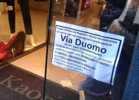 """""""Si è spenta Via Duomo"""", la protesta contro il sindaco dei commercianti del centro storico napoletano"""