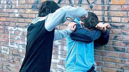 17enne arrestato dai vigili urbani. Rapinava , con pistola giocattolo, borse e cellulare a due donne