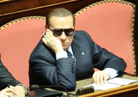 Il nuovo che avanza: l'ex premier Berlusconi in Senato con gli occhiali da sole
