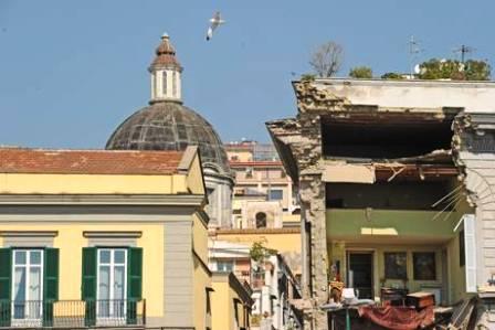 Crolla palazzo Napoli: secondo i vigili del fuoco no dispersi. Residenti denunciano, partono i controlli su infiltrazioni