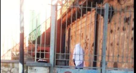 Un corpo di un uomo impiccato alla balaustra del Granatello