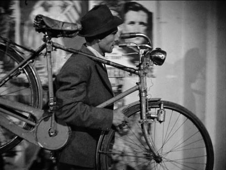 Napoli, ruba la bici ad un anziano inseguito dai passanti e arrestato