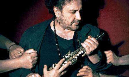 """Grave incidente per Enzo Avitabile e la sua band: sospesi due concerti, ma il maestro tranquillizza i fans: """"Ci vediamo tra qualche giorno sempre """"ncopp""""o groove"""" 'o brother"""""""