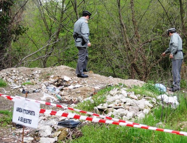 Anche il Parco del Vesuvio nella Terra dei Fuochi? Trovati oltre 40 fusti tossici e rifiuti pericolosi.