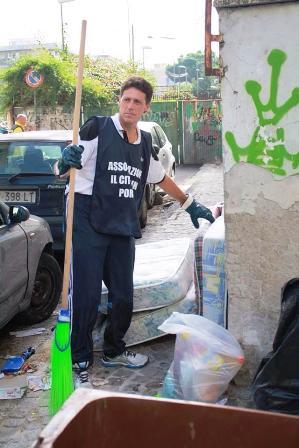 """Le strade di Portici non sono più pulite? Ci pensa il senatore del Pd Enzo Cuomo che coi volontari dell'associazione """"Il Cittadino"""" ripuliscono la città"""