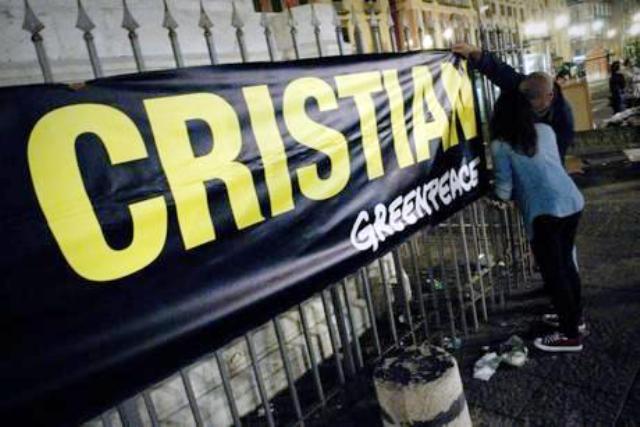 Sulla facciata di Palazzo San Giacomo uno striscione per Cristian, il giovane attivista di Grrenpace arrestato in Russia