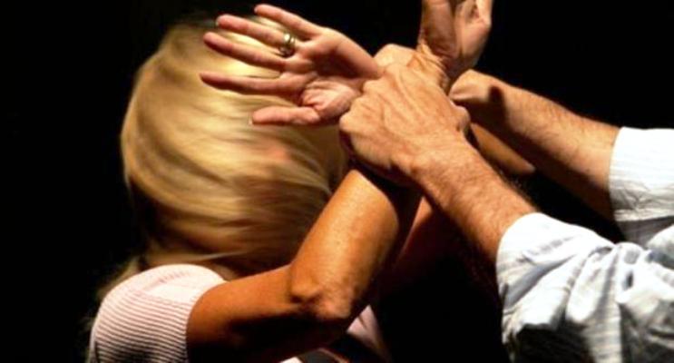 Napoli. Mariti violenti: due arresti per maltrattamenti, botte anche davanti ai bimbi