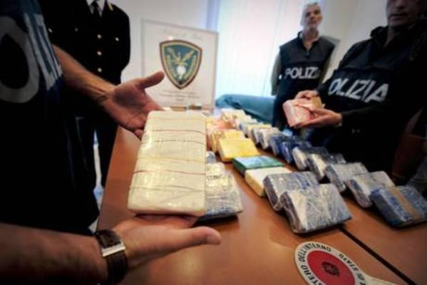 Armi e droga in gradini palazzo a Ponticelli