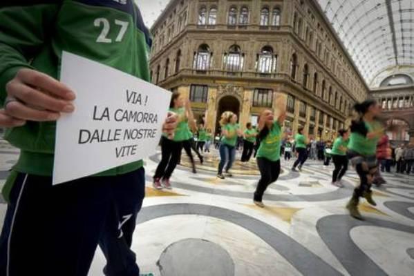 Flash mob a Napoli per la Terra dei fuochi: folla in Galleria ballerine e piccoli atleti, 'no a camorra'