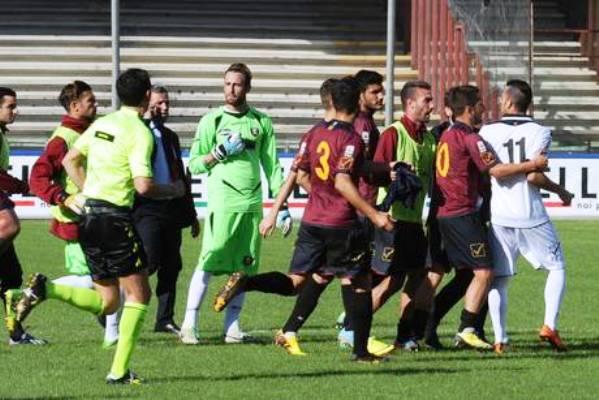 Vincono le minacce, la Nocerina si arrende. Stop dopo 20′ a derby con la Salernitana, dirigenti dimissionari