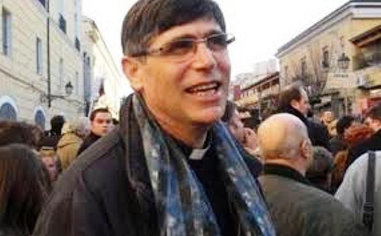 """""""Non serve urlare, noi continueremo a dialogare con istituzioni"""". Così Don Patriciello allontana un gruppo di protesta"""