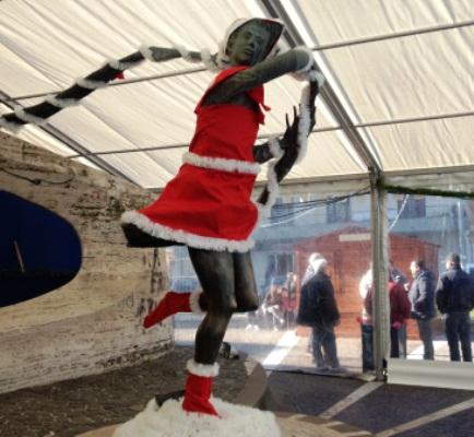 La statua della Primavera partecipa alle festività natalizie vestita da Babbo Natale, tra critiche e lodi