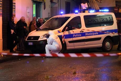 Agguato nel Napoletano, tre feriti. La sparatoria davanti a un bar. Spaccio droga possibile movente