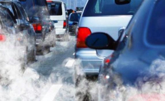Domeniche a piedi e meno deroghe, la nuova delibera anti-smog