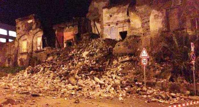 Terrore a Torre del Greco: in via Calastro crolla la facciata di antica villa abbandonata da anni