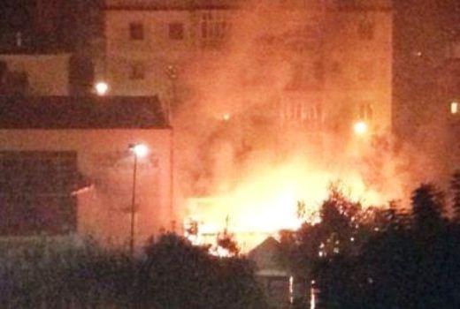 Incendio in villa Anna, ordinato lo sgombero per 21 nuclei familiari. Il sindaco Giorgiano coordina le operazioni.