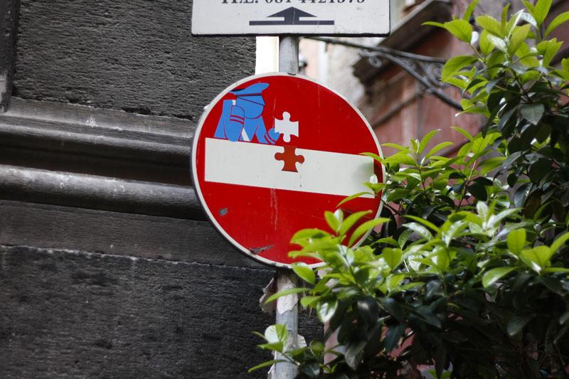 I segnali stradali si animano: la street art di Clet arriva a Napoli