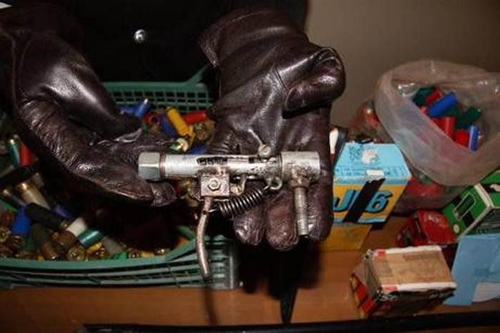 Un arsenale in casa, c'era anche una pistola artigianale
