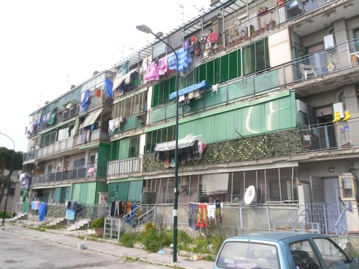 Alla ricerca del sole: il nostro viaggio negli alloggi popolari sotto il Vesuvio, tra spaccio di droga e abbandono.
