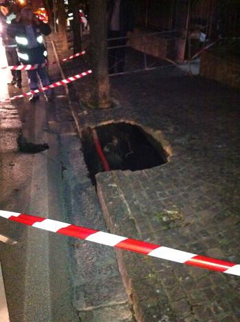Massa di Somma. Crollo sulla strada provinciale del Corso Tullio Boccarusso