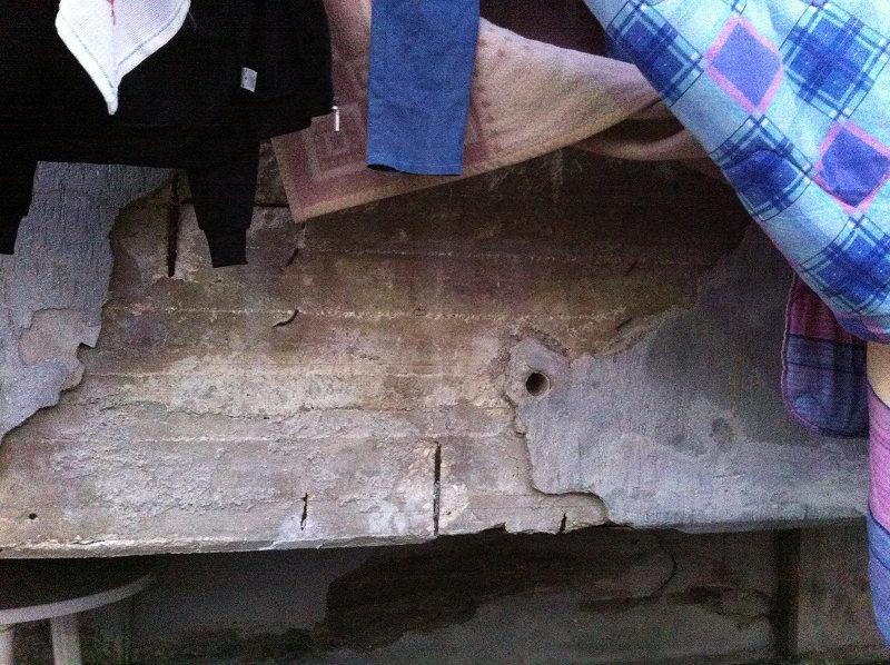 Viaggio nelle palazzine popolari di Pollena Trocchia tra calcinacci e mura lesionate.