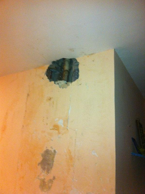 foto pollena buco muro interno palazzo