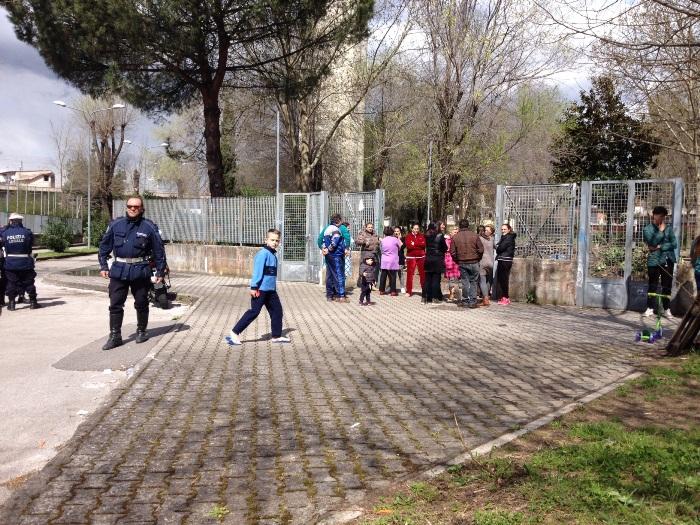 Clean up al parco Green di Pomigliano: i vigili denunciano i volontari ma la folla li difende