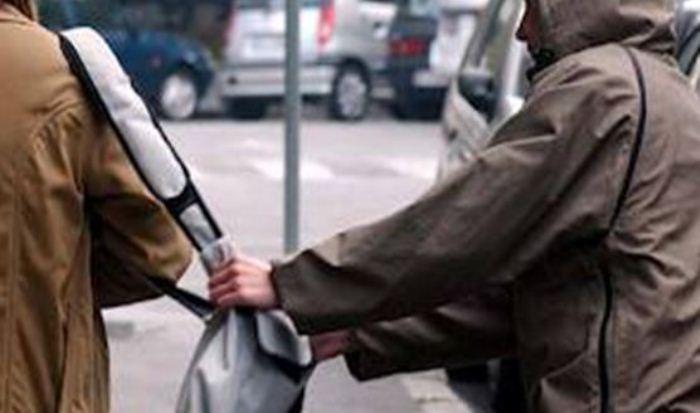 Trascinata a terra per rapinarle la borsa, arrestati due giovani