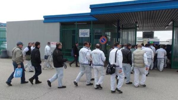 I colleghi dell'operaio licenziato gli regalano una roulotte