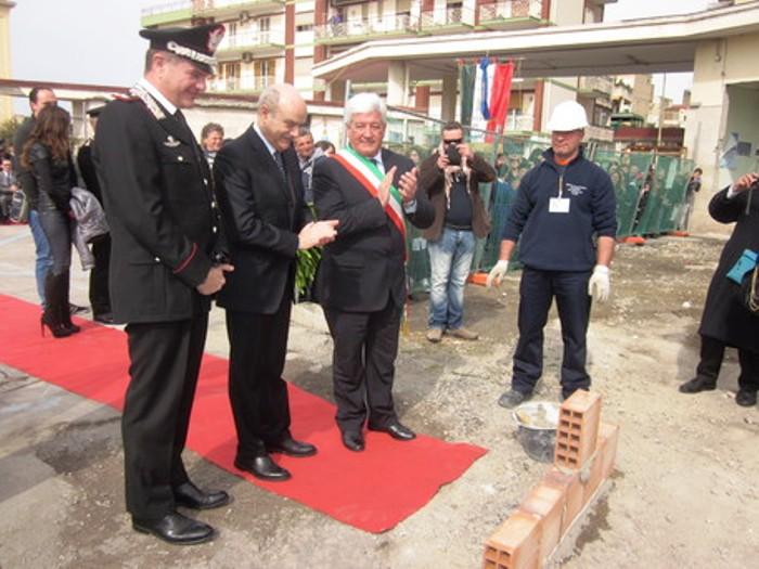 Caserma carabinieri, la posa della prima pietra con le autorità e le associazioni antiracket