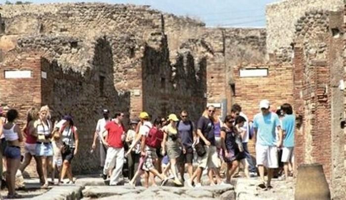 Pompei, tassa di ingresso di 80 euro per i bus: pagheranno anche pellegrini santuario, esentato chi pernota