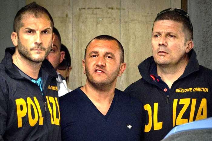 Scacco al clan De Micco, gli affiliati avevano tutti lo stesso tatuaggio: arrestati dalla polizia