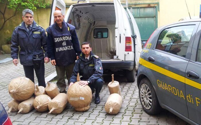 """Sequestrati 800 kg di """"botti"""" pericolosi, i finanzieri denunciano 5 persone"""
