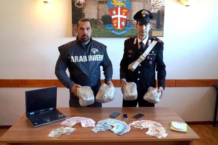 Quindici trafficanti di droga sono stati arrestati in un blitz in diversi comuni dell'hinterland vesuviano