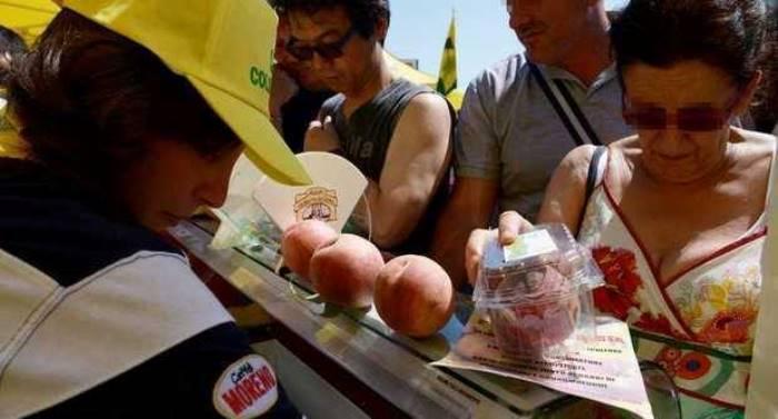 Napoli. Crollano i consumi di frutta: la Coldiretti offre le pesche al Beverello
