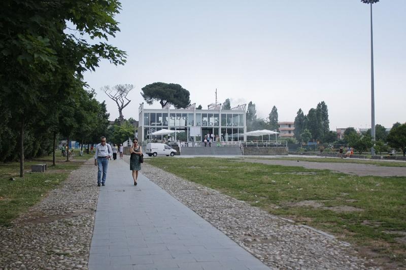 Bar sul palco: polemiche al parco pubblico Giovanni Paolo II