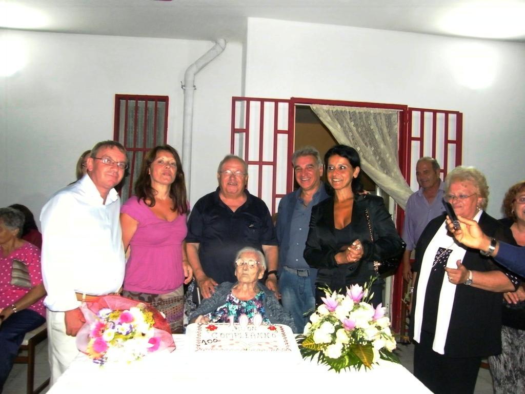 Nonna Carmela Castaldo, cento anni festeggiati in famiglia col sindaco Lello Abete e il presidente Mario Gifuni