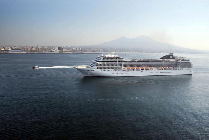 """Arriva il """"gigante del mare"""": A Napoli, la nave da crociera più grande del mondo"""