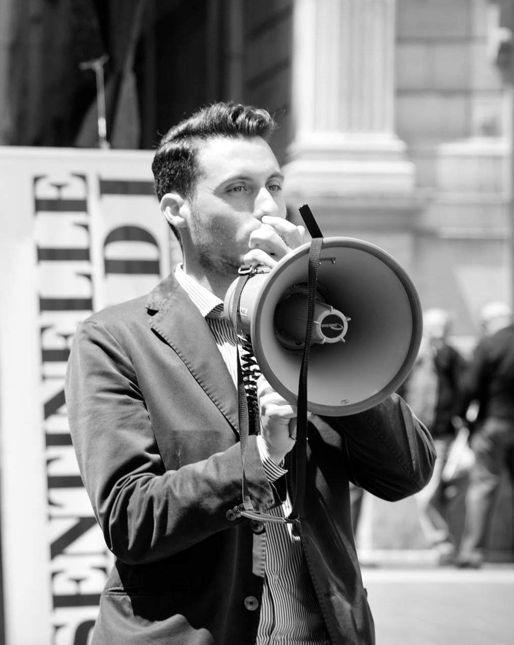 """Napoli. In strada per i diritti della famiglia, i manifestanti """"pro gay"""" lanciano uova e preservativi"""