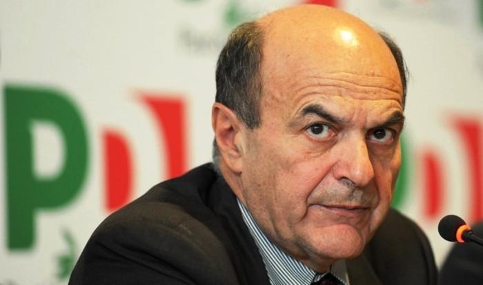 Arriva Bersani per la festa dell'Unità e a Ercolano imbrattano la sezione e spezzano la bandiera del Pd