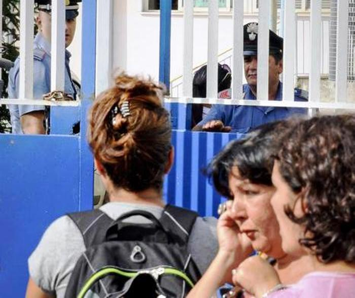 Armato di  pistola davanti scuola, disarmato da un papà e bloccato da mamme Arrestato un 64enne incensurato del Casertano fuori a una scuola a Napoli