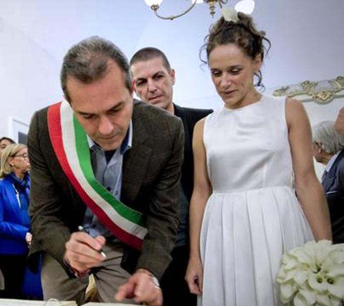 """Luigi de Magistris celebra le nozze di Valeria Parrella, agli sposi, """"il nostro popolo si riscatta attraverso la cultura"""""""