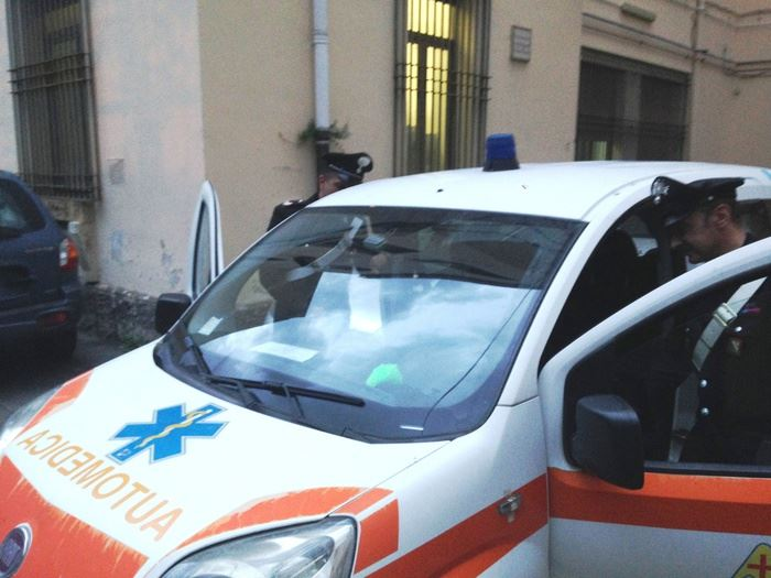 Tampona con ambulanza un'auto, alla richiesta dei documenti gli cade la droga: arrestato da carabinieri in borghese