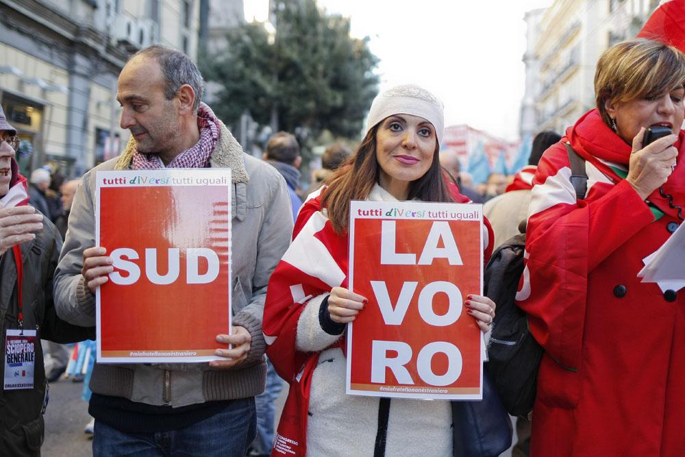 Tre cortei a Napoli per lo sciopero generale indetto da Cgil e Uil: oltre cinquantamila in piazza