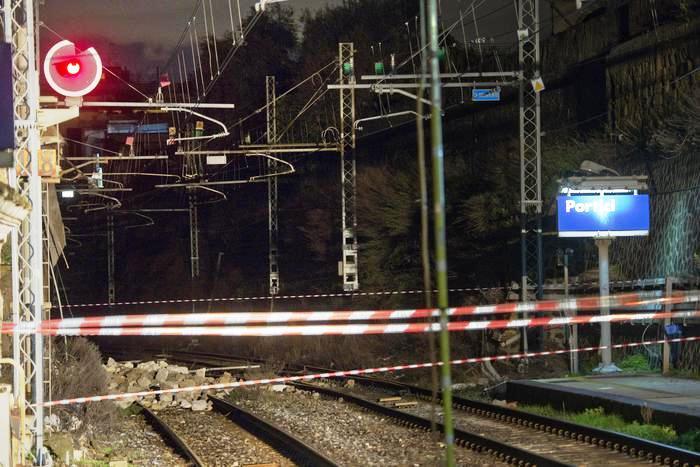 Linea ferroviaria Torre Annunziata-Napoli, ancora stop: presentata denuncia per ponteggi non autorizzati