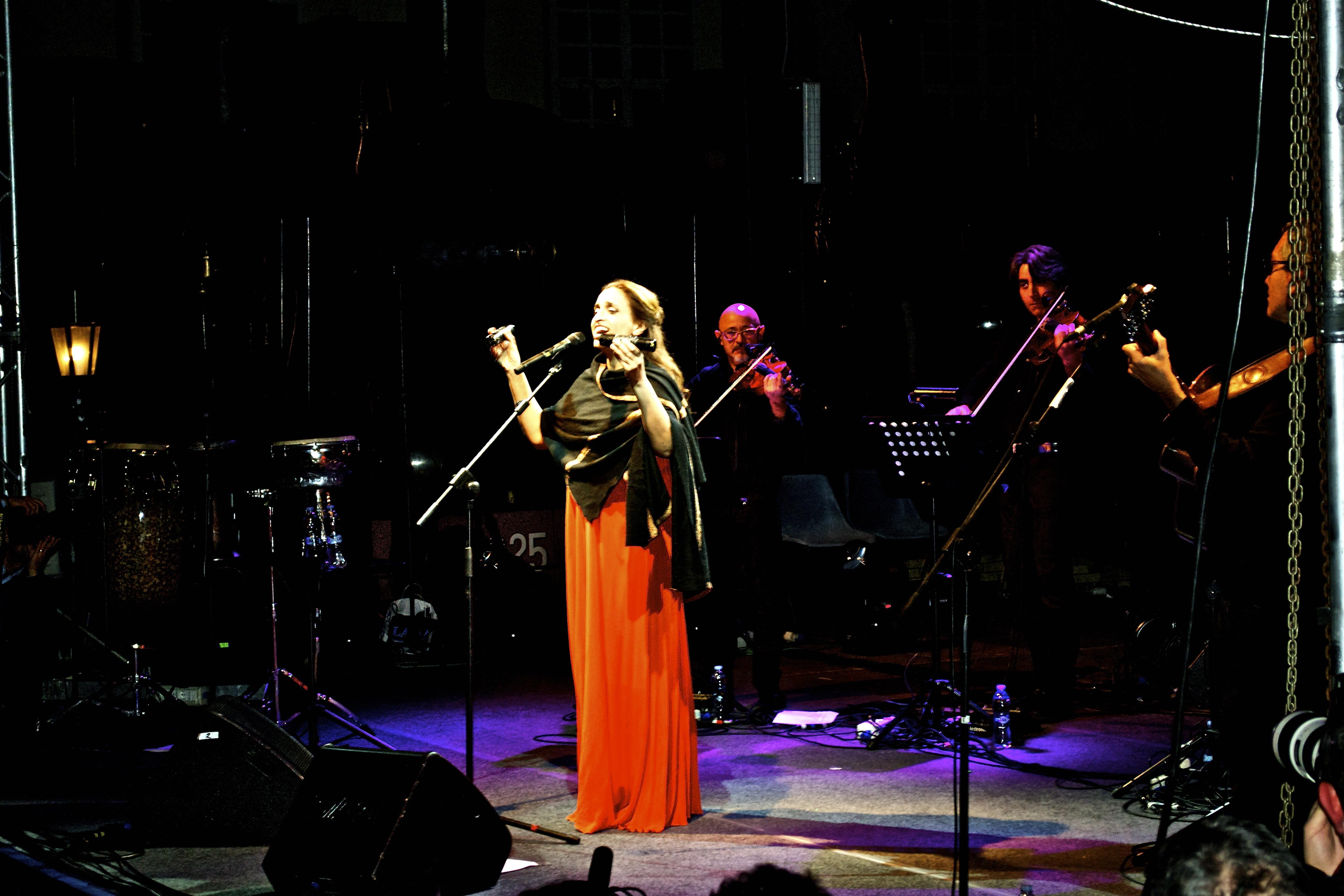 """L'artista Noa in concerto a Portici: """"Da Pietrarsa un ponte di pace sul Mediterraneo che unisce Napoli ed Israele"""". (con video)"""